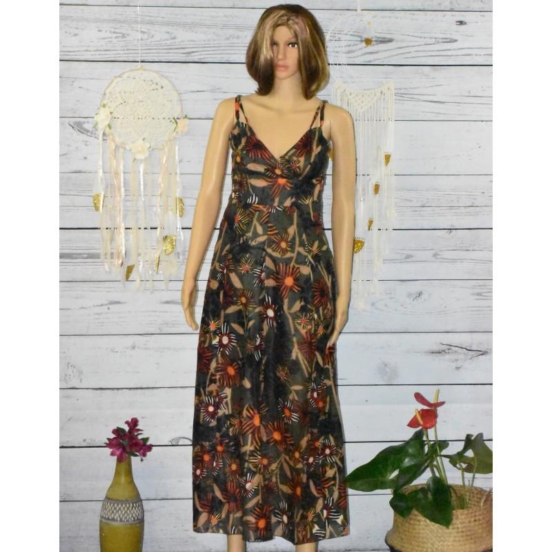 Longue robe colorée, tons marron / vert