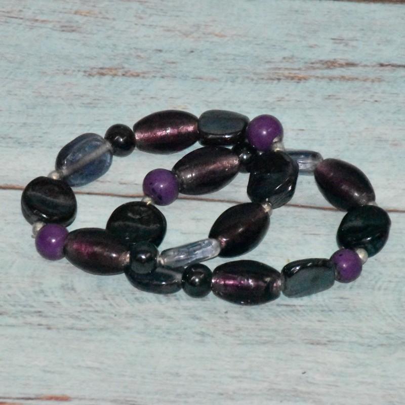 2 bracelets en perles de verre, tons mauve,